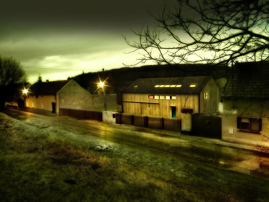mimosa-vraný-dům-na-vesnici-kámen-dřevo-2